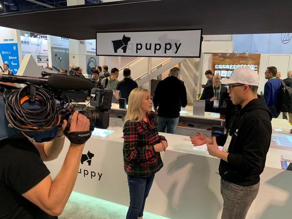 小狗机器人现场接受FOX 5频道采访